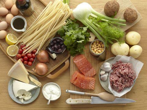 """<p>A pranzo è possibile concedersi una robiola, oppure 100 grammi di prosciutto crudo sgrassato, una scatoletta di tonno sgocciolato o 60 grammi di pasta o cereali con legumi – che è un piatto unico -. Come contorno mangia un'insalata o della verdura cotta, <a href=""""http://www.elle.com/it/benessere/diete/news/g211/verdure-di-stagione-detox-per-depurare-e-disintossicare-organismo/"""">preferibilmente di stagione</a>, condita con sale, aceto a piacere e pochissimo olio. Un trucco: contane per ogni pasto un massimo di tre cucchiaini e non sbagli.</p>"""