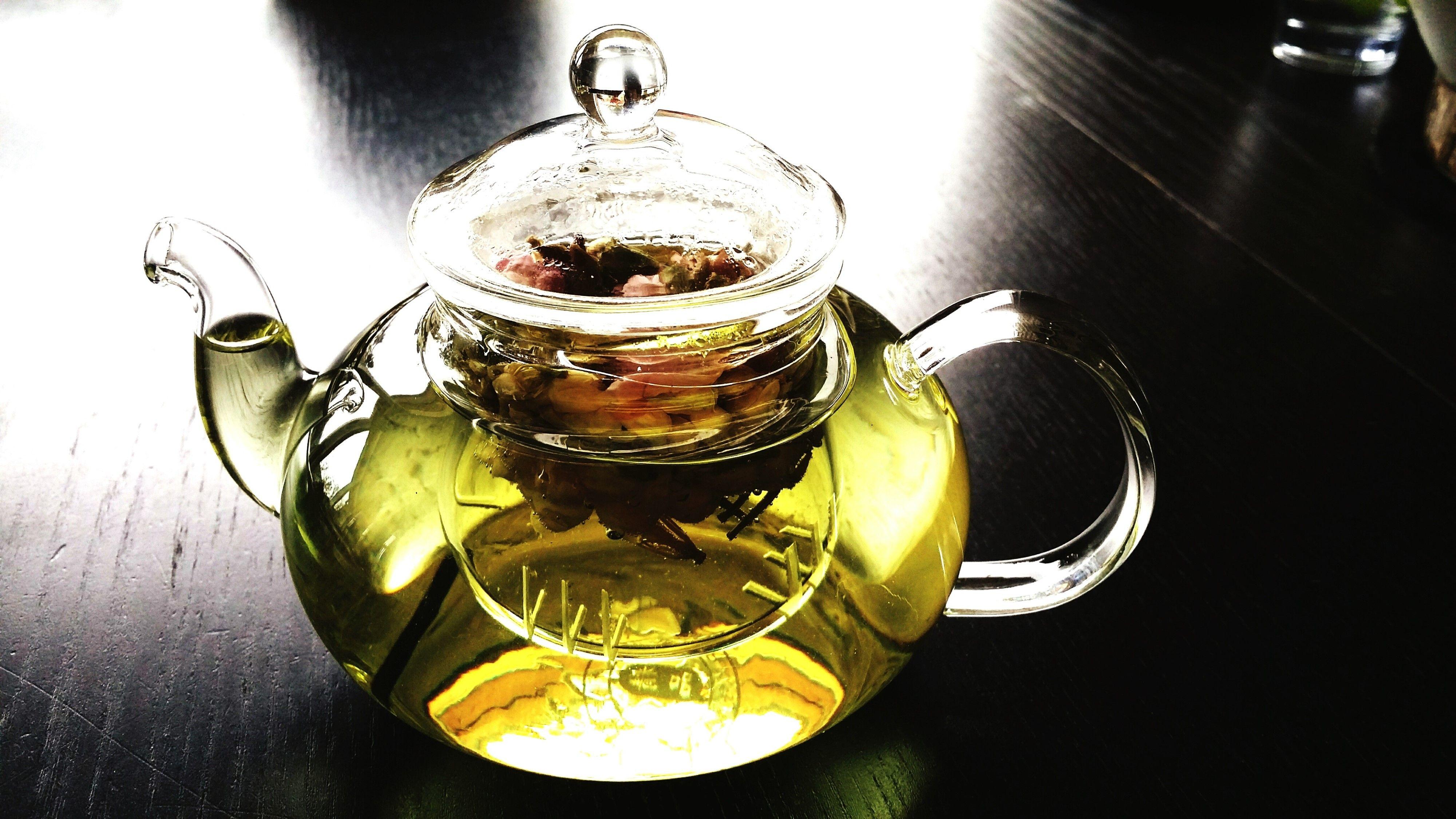 <p>Molti conoscono il potere antiossidante del tè verde per combattere i radicali liberi, tra i responsabili dell'invecchiamento. Ma questa bevanda contribuisce anche a regolare i livelli di colesterolo, svolge un'azione protettiva contro le malattie cardiovascolari  ed è di aiuto in caso di diabete di tipo 2, in quanto equilibra i livelli di zucchero nel sangue.</p>