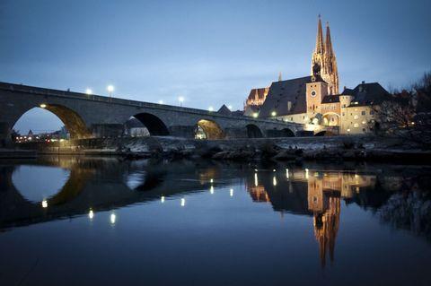 <p>Citiamo la Settimana Enigmistica: forse non tutti sanno che... la Baviera ha sette siti Patrimonio dell'Umanità Unesco: la città vecchia di Bamberga, Regensburg (nella foto), il teatro dell'Opera del Margravio di Bayreuth, la residenza dei principi-vescovi di Würzburg, il Limes retico, la Wieskirche e i 3 siti palafitticoli delle Alpi. C'è di che andare a visitare.</p>