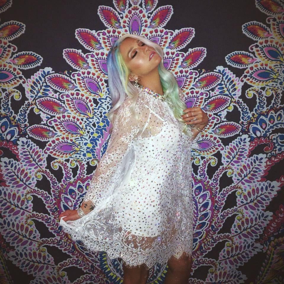 """<p>La seconda vita di Kesha parte dal nuovo brano, realizzato insieme al giovane produttore Zedd, <em><a href=""""https://www.youtube.com/watch?v=weEV0Jf0Urk"""" target=""""_blank"""">True Colors</a></em>. A tre anni di distanza dal suo ultimo lavoro ma soprattutto un paio di mesi dopo la sconfitta in tribunale contro il produttore Dr. Luke, da lei accusato di violenza sessuale ma dichiarato innocente dalla corte, la 29enne californiana ha deciso di tornare a fare musica con questa che a suo dire «è molto più di una canzone: è la mia verità.»<span class=""""redactor-invisible-space"""">.</span></p>"""