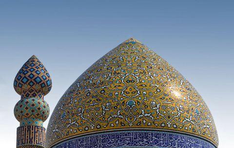 <p>Era famosa per gli usignoli, il vino (ormai bandito, come tutto l'alcol), le rose e le opere in versi. Shiraz, capitale dell'<strong>Iran</strong> durante la breve dinastia Zand (1747-79 d.C.), svela come la poesia persiana sia ancora parte integrante della vita quotidiana. I suoi amatissimi poeti Saadi e Hafez, rispettivamente del XIII e XIV secolo, riposano in mausolei-giardini, tra cipressi e percorsi d'acqua, dove iraniani di tutte le età si recano a rendere loro omaggio.</p>