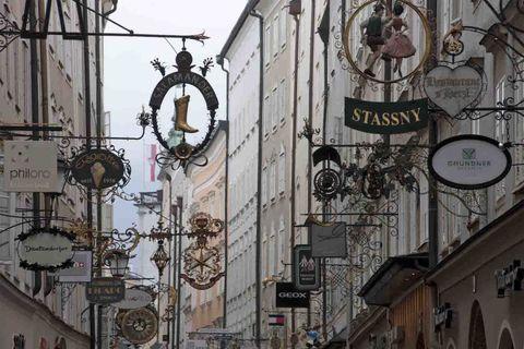 """<p>Nei pressi del Mozarteum c'è Bergstrasse che, pur annunciandosi silenziosa come le altre stradine attorno, è uno dei ritrovi serali preferiti dei giovani che tirano tardi all'Alchimiste Belge (<em><a href=""""http://www.alchimiste-belge.at"""">www.alchimiste-belge.at</a></em>), un locale dove la fa da padrona la birra belga, e allo Zebra Bar, quasi di fronte. </p>"""