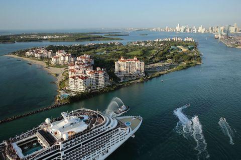 <p>Bahamas, Isole Cayman, Giamaica, Messico, Porto Rico e St. Maarten… È una scorpacciata di Caraibi quella che propone <strong>MSC Crociere</strong> (msccrociere.it) a partire dalla primavera. Per tutto il 2016, infatti, <em>MSC Divina</em>, nave elegante dallo stile mediterraneo ispirato a Sophia Loren, sarà posizionata a Miami (nella foto), pronta a salpare per una vasta gamma di itinerari di otto giorni, eventualmente abbinabili in una crociera di 15 giorni, alla volta di uno scenario paradisiaco, tra i più gettonati al mondo. Due settimane tra spiagge d'avorio, lagune cobalto, acque cristalline, oasi naturali e rarità botaniche (per esempio, le orchidee selvatiche di Porto Rico), architetture storiche e insolite (le rovine maya di Tulum e le case di marzapane di Sint Maarten), cascate spettacolari, come le giamaicane Dunn's River Falls. E poi c'è la possibilità di fare snorkeling su fondali bellissimi, visitare in catamarano la barriera corallina, esplorare una grotta maya, giocare con i delfini, nuotare con le tartarughe. I prezzi delle crociere caraibiche targate MSC partono da 1.400 euro a persona, volo incluso.<span></span></p>
