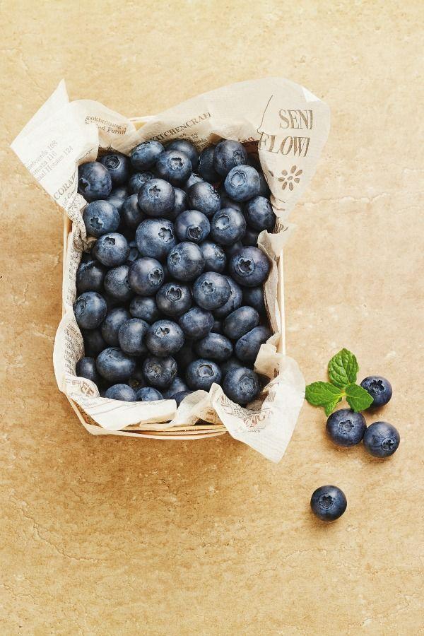 <p>Antiossidanti, antiossidanti, e ancora antiossidanti! Questo super frutto contiene fibre, vitamine, potassio e acido folico, tutti elementi che aiutano a ridurre il colesterolo e prevenire le malattie cardiovascolari. L'unico suggerimento che ti diamo: preferisci il bio. </p><p><i></i> </p><p><em>Suggerimento: mescola i mirtilli insieme a yogurt e muesli e avrai una colazione perfetta.</em></p>