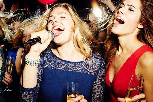 """<p>Se avete una sola serata a disposizione buttatevi sul divertimento: discoteche, concerti, festival vanno sempre benissimo, purché sia una da ore piccole. Altrimenti optate per qualcosa di più tranquillo, come una serata karaoke, un pigiama party o la classica beauty farm dove farla rilassare. Un'idea carina potrebbe anche essere farla partecipare a giochi organizzati come le <a href=""""http://www.greatescape.it"""" target=""""_blank"""">Escape Room</a>, in cui gruppi di persone devono in un'ora riuscire a fuggire da una stanza piena di insidie. O ancora, la <i>mistery dinner</i>: degli attori vi intratterranno con domande e rebus da risolvere per svelare il mistero della storia narrata.</p>"""
