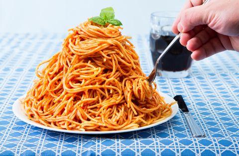 <p>Secondo la dieta Lemme, che è una <strong>dieta rapida</strong>, per dimagrire non è necessario limitare l'assunzione di cibo ed eliminare i cibi più calorici. Per dimagrire bisogna mangiare grandi quantità di carboidrati, carne e pesce: a <em>La Zanzara</em> su Radio 24 il farmacista ha raccontato di aver fatto mangiare all'ex manager di F1 400 grammi di spaghetti aglio olio e peperoncino a colazione. Invece bisogna evitare cibi come verdure, pomodori, carote, frutta ed eliminare il sale.</p>