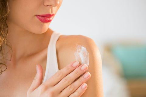 <p>La proprietà antinfiammatoria dell'arnica è forse quella più conosciuta: averne infatti sempre in casa è di grande aiuto in caso di dolori muscolari e articolari, gonfiori e lividi. Applicare poi l'arnica sulla parte lesa  - in gel, pomata o crema o direttamente con un impacco -, ha anche un effetto analgesico.</p>