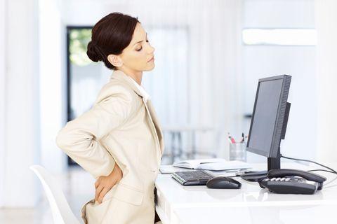 <p>Il mal di schiena spesso è dovuto alle posizioni scorrette che assumiamo per lungo tempo: gli esercizi per rassodare i glutei costringono il corpo a usare questo muscolo anzichè caricare la zona lombare.</p>