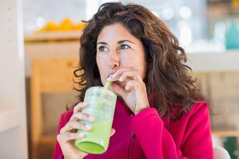 <p>Secondo la nutrizionista Kimberly Snyder tra i <strong>cibi da mangiare prima della palestra</strong> non deve mai mancare uno smoothie pieno di carboidrati complessi, aminoacidi, vitamine e minerali che lei chiama Glowing Green Smoothie (GGS), a base di verdure a foglia verde scura, altamente digeribile e che non appesantisce.</p>