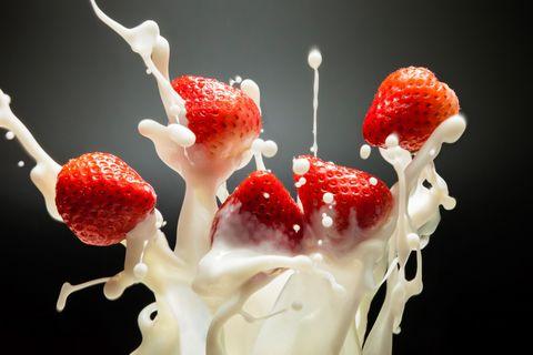 <p>Quando sono di stagione dobbiamo assolutamente fare scorta di fragole, non solo per la nostra golosità quanto per la bellezza del nostro viso. In caso di pelle grassa infatti non c'è niente di meglio di una maschera alle fragole, che ha proprietà astringenti e purificanti. Bastano due o tre frutti da unire a miele e succo di limone, per pochissimi minuti di applicazione.</p>