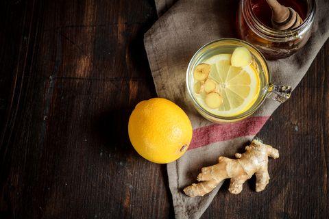 <p>Bere ogni mattina una tisana zenzero e limone è un vero toccasana per le difese immunitarie, contro lo stress - e contro questo sì, ne abbiamo tanto bisogno -, per rilassarti e per depurarti. Puoi anche prepararla al mattino e portarla con te per berla nell'arco della giornata: basta mettere in un litro d'acqua qualche fetta di zenzero fresco dopo averlo sbucciato, insieme al succo di limone e ad un dolcificante. Anche bevuta alla fine della giornata una tazza di questo elisir di bellezza ti prepara ad un piacevole sonno ristoratore.</p>