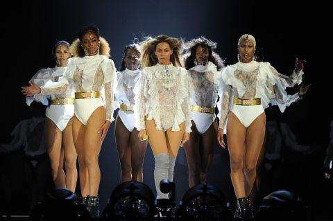 """<p>Schizzato subito al numero 1 della classifica di Billboard, l'album <em>Lemonade </em>di Beyoncé è un concentrato di emotività spinta al massimo unita a messaggi politici molto chiari e pure a una buona dose di sperimentazione, termine quasi proibito nel così rassicurante pop ma che, invece, pare allettare sempre di più Queen Bey. Tra tutti i pezzi pazzeschi <em><a href=""""https://www.youtube.com/watch?v=LrCHz1gwzTo"""" target=""""_blank"""">Formation</a></em>, da cui prende il nome anche il tour, è il nostro consiglio per la vostra playlist. </p>"""
