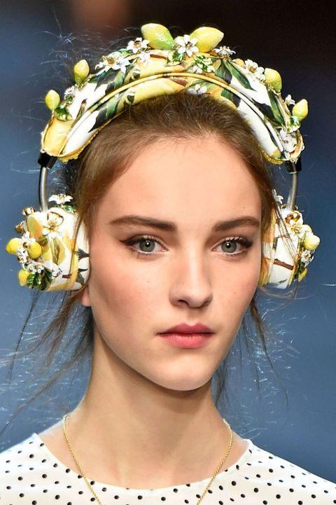 <p><strong></strong>Più che cuffie per la musica potrebbero essere delle corone per capelli. Eccessive, barocche e preziose per ascoltare la musica in maniera alternativa.<br><br><strong>Come indossarle?  </strong>Con abiti lunghi a pois o floreali, con gonne corte e crop top per esaltare il look. Più che un semplice accessorio hi tech, una chicca sopra le righe.</p><p><strong>In passerella:</strong> Dolce & Gabbana, prezzo 995 euro circa.<br></p>