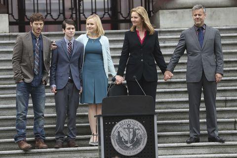 La famiglia riunita intorno al sindaco Claire Warren interpretato da Joan Allen.
