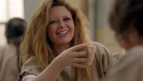 <p>Purtroppo non sappiamo rispondere alla sola domanda che ronza intorno al personaggio della tossica, lesbica, sboccata, adorabile Nicky, che è: la rivedremo nella quarta serie? Gli autori, forse per pura cattiveria o forse per darci un indizio, non l'hanno inserita nel trailer, ma noi speriamo in un inatteso ritorno dalla cella d'isolamento. La cicatrice di Nicky non è frutto della bravura dei truccatori: l'attrice Natasha Lyonne ha subito davvero un intervento al cuore nel 2012. E non è l'unica cosa che ha in comune col personaggio, anche lei infatti ha avuto problemi con l'alcol ed è stata arrestata più di una volta: per guida in stato di ebrezza, per schiamazzi e danneggiamenti non meglio precisati nell'appartamento dell'attore Michael Rappaport da cui era in affitto e per aver assalito verbalmente e fisicamente una vicina con tanto di specchio rotto.</p>