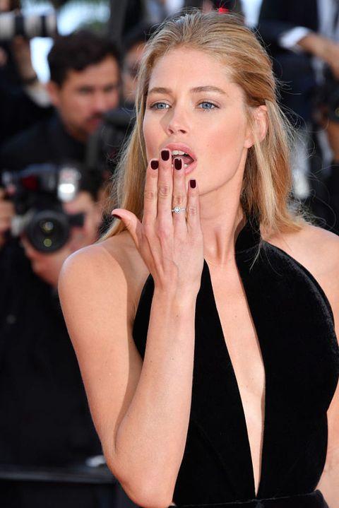 <p>Look nude chic per la beauty icon che punta su un make trasparente firmato L'Oréal Paris, dove spiccano le labbra costruite nei toni nude (con la palette di rossetti Color Riche la Palette Nude) e gli occhi disegnati con un minuzioso grafismo infracigliare di eyeliner e abbondante mascara (Millions de Cils So Couture).</p><p><strong>Il plus:</strong> la nail dark a contrasto con il make up naturale.</p>