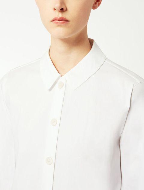 """<p>I dettagli: tessuto """"giusto"""", taglio impeccabile, bottoni classici, colletto di esatte proporzioni (da portare aperto oppure chiuso da un nastrino col fiocco, ultima tendenza moda). Camicia Max Mara.</p>"""