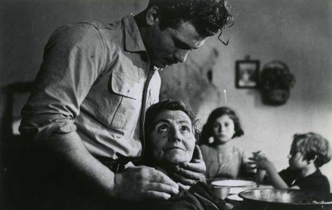 <p>Sono gli anni d'oro del Neorealismo: l'anno successivo vince Renato Castellani con la storia tra il drammatico e il comico di un giovane napoletano in cerca di riscatto.</p>