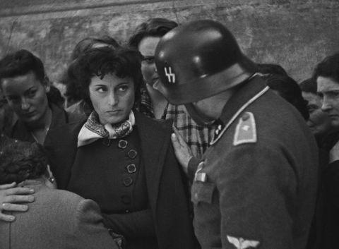<p>Capolavoro di Roberto Rossellini sulla capitale occupata dai nazisti, con una Anna Magnani intensa più che in altre occasioni.</p>