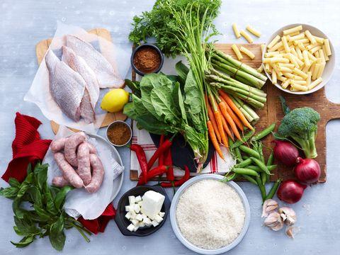 <p>Tra i <strong>cibi permessi </strong>nella dieta Gift ci sono i cereali integrali, latticini da latte intero, affettati, frutta e verdura preferibilmente di stagione, alimenti proteici come carne, pesce e uova, legumi, miele e marmellate senza zucchero e semi oleosi. Tra gli alimenti vietati invece ci sono bibite e alcolici, farine raffinate, prodotti zuccherati e prodotti con grassi idrogenati.</p>
