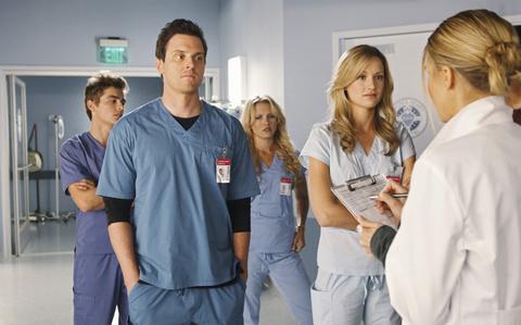 <p>Parodia dei medical drama di grande successo negli Stati Uniti (si pensi soltanto a <em>E.R.</em> o a <em>Grey's Anatomy</em>),<strong> <em>Scrubs</em></strong> già nel titolo, che è il nome dei camici che indossano medici e infermieri ma significa anche «principianti», è un'ironica rappresentazione di un improbabile staff medico di un altrettanto improbabile Ospedale Sacro Cuore. Il protagonista narrante è J.D., un giovane dottore alle prime armi. Le battute a raffica e le situazioni grottesche rendono scoppiettanti le vicende in corsia.</p><p><strong>Quando: </strong>9 stagioni dal 2001 al 2010.</p><p><strong>Perché guardarla:</strong> se da sempre odiate gli ospedali e non avete troppa fiducia nella medicina.</p>