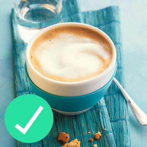 <p>Ordina il cappuccino. Una tazza, preparata con un po' di latte a basso contenuto di grassi, contiene circa 90 calorie contro la stessa quantità di latte macchiato, che invece ne contiene 150, e quasi il doppio del grasso. Il cappuccino è fatto di espresso e schiuma di latte ottenuta con un getto di vapore, ed è proprio questa operazione che sposta le calorie rispetto al latte tradizionale. Ordina un cappuccino per giocarti altrove le calorie risparmiate. Ma c'è un lato negativo: il cappuccino ha un minore contenuto di proteine dato che c'è meno latte. Per cui se sei di fretta aggiungi una o due uova sode o un pacchetto di noci.<br></p>