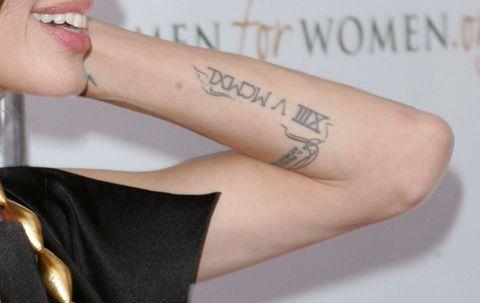 """<p>Sull'avambraccio Angelina Jolie si è fatta tatuare una frase di Tennessee Williams che recita <em>""""A prayer for the wild at heart, kept in cages""""</em>, e sulla stessa parte è presente un 13 in numeri romani. Sul polso sinistro c'è una 'h' dedicata a suo fratello James Haven (o al suo ex Timothy Hutton), mentre sul braccio destro c'è la parola 'volontà' scritta in arabo.</p>"""