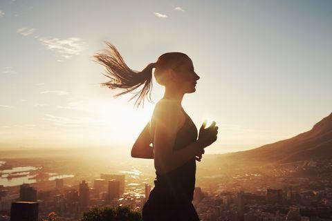 <p>Non si può praticare esercizio fisico senza il giusto carburante, dunque occorre <strong>mangiare</strong> nel modo e nei tempi giusti. Sarà sufficiente un'alimentazione equilibrata, con una premessa non bisogna correre dopo un pasto abbondante, perché gli organi saranno tutti impegnati nella digestione, ma nemmeno a digiuno, per non rischiare di rimanere senza energie a metà del percorso.</p>