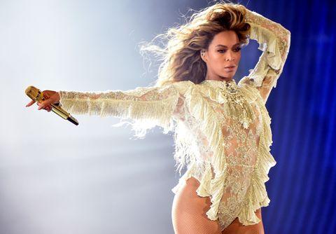 """<p>Con """"Run the World (Girls)"""" (2011) Beyoncé conquista un posto in classifica. Il brano è un vero e proprio inno alla potenza delle donne, e nel videoclip della canzone la vediamo guidare un esercito tutto al femminile contro un plotone di uomini.</p>"""
