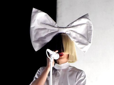 """<p>Ci ricordiamo del brano di Sia """"Chandelier"""" (2014) anche grazie ad una martellante campagna pubblicitaria di qualche tempo fa. Il pezzo, che ha lanciato l'artista e conquistato le classifiche, lancia un messaggio profondo di denuncia.</p>"""