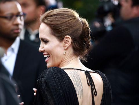 """<p>I <strong>tatuaggi di Angelina Jolie</strong> sono 23, anzi, erano 23 fino a poco tempo fa. Uno dei più celebri è quello sul braccio sinistro, che rappresenta le <strong>coordinate</strong> dei luoghi di nascita dei suoi figli. Nello specifico: N11° 33' 00"""" E104° 51' 00"""" (Cambogia - Chivan Maddox); N9° 02' 00"""" E038° 45' 00"""" (Etiopia - Zahara Marley); S22° 40' 26"""" E014° 31' 40"""" (Namibia - Shiloh Nouvel); N10° 46' 00"""" E106° 41' 40"""" (Vietnam - Pax Thien); N43° 41' 21"""" E07° 14' 28"""" (Francia - Knox e Vivienne). Angelina ha poi aggiunto un'ulteriore linea dedicata al luogo di nascita di suo marito Brad Pitt.</p>"""