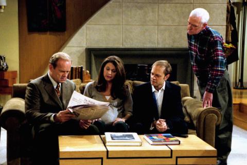 <p>Nata come spin-off della fortunata serie <em>Cheers</em> dove lo psichiatra radiofonico Frasier Crane era uno dei personaggi principali, alla chiusura della sitcom divenne serie a sé. Vero fenomeno dell'audience, <strong><em>Frasier</em></strong> detiene il record di Emmy Awards vinti, ben 37, di cui cinque (altro record) nella categoria miglior serie tv. Merito del protagonista Kelsey Grammer nei panni dello psichiatra Crane, ma anche della raffica di battute sarcastiche e di un cast ristretto ma molto affiatato.</p><p><strong>Quando:</strong> 11 stagioni dal 1993 al 2004.</p><p><strong>Perché guardarla:</strong> le serie di successo hanno qualità spesso insospettate. Che si scoprono alla fine.</p>