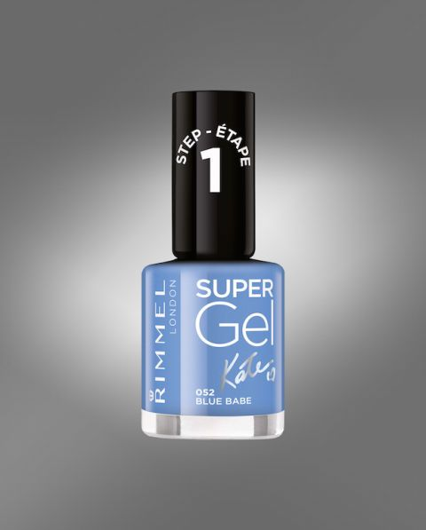 <p>Il nuovo smalto Super Gel Kate di Rimmel si applica con due passaggi, tiene a lungo e regala un effetto gel senza la lampada UV. Nella foto la nuance N.052 Blue Babe (7,90 euro).</p>