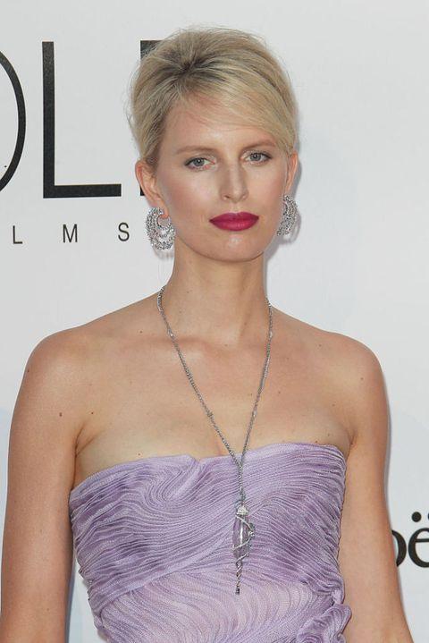 <p>La top model, che di recente ha firmato la sua terza fragranza, ha scelto un luminoso rossetto rosa fucsia che si sposa perfettamente al tono ice blonde dei suoi capelli e alla nuance glicine dell'abito.</p>