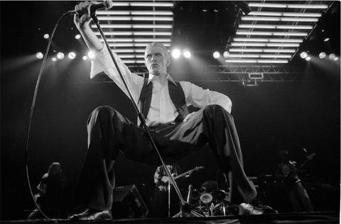 """<p>La seconda sezione è invece dedicata al <em>Sottile Duca Bianco</em>: nel gennaio del 1976 esce <em>""""Station to Station""""</em>, disco che anticipa le sonorità della cosiddetta 'trilogia di Berlino'. Le foto in mostra di Michael Putland relative a questo periodo, lo immortalano sul palco, durante il tour promozionale europeo.</p>"""