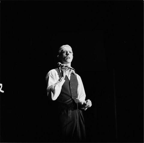 """<p>La prima sezione della mostra parte con un servizio scattato ad Haddon Hall – l'allora residenza di Bowie  - nel 1972, poco prima dell'uscita dell'album <em>""""The Rise and Fall of Ziggy Stardust and the Spiders from Mars""""</em> . Oltre  alle  fotografie  di  Putland  legate  a  questo  periodo, saranno  esposti  in  mostra  i  lavori  grafici  di Terry  Pastor,  artista  inglese  che  ha  realizzato  la cover  di questo celebre album.</p>"""