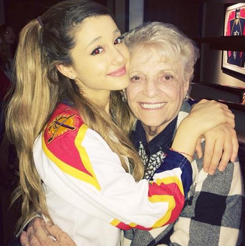 <p>Legatissima alla sua famiglia, Ariana ha un amore speciale per i nonni, che chiama non in inglese ma in italiano «nonno e nonna» e che pubblica spesso sui suoi social. Dalla nonna in particolare dice di aver ereditato le passioni per cucina e giardinaggio. </p>