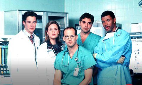 <p>Precursore dei medical drama,<strong> <em>E.R.</em></strong> è andato in onda per 15 stagioni dal 1994 al 2009 sopravvivendo alla dipartita (solo sulle scene, per fortuna) di quasi tutti i personaggi principali. Ambientato nel pronto soccorso del County General Hospital di Chicago, E.R. è stato un trampolino di lancio per molti attori che hanno via via abbandonato il serial: uno tra tutti <strong>George Clooney</strong> (il dottor Ross) che da lì ha fatto decollare la propria carriera cinematografica. Vera e propria corsia d'emergenza, E.R. è più centrato di Grey's sulle tecniche ospedaliere e la maggior parte delle scene sono girate in interni. Clooney tornerà per un cameo nella sesta stagione, meno fortunato è il dottor Green (Anthony Edwards), l'altro protagonista, che morirà per un tumore al cervello nell'ottava stagione. Amen. </p><p><strong>Curiosità: </strong>la serie è stata ideata dal celebre scrittore Michael Chricton: inizialmente doveva essere un film prodotto da Steven Spielberg che poi, visto un altro scritto di Chricton che parlava di dinosauri, mollò <em>E.R.</em> e diresse <em>Jurassic Park</em>. </p><p>Quentin Tarantino ha diretto il 24esimo episodio della prima stagione dal titolo <em>Maternità</em>. </p><p>Il primo episodio della quarta stagione dal titolo <em>Diritto d'immagine</em> è stato registrato in presa diretta dall'intero cast. </p>