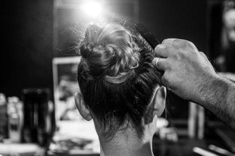 <p>Una modella nel backstage durante l'hairstyling.</p>