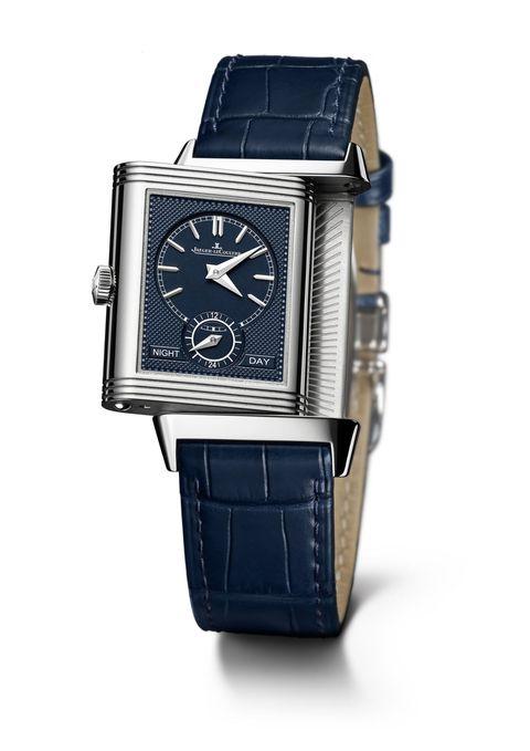 """<p>Cosa si cela dietro un orologio? Un altro gioiello: è l'iconico segnatempo Reverso di Jaeger-LeCoultre che ancora oggi continua a stupire. Merito del suo inconfondibile design, immutato dal 1931 (anno di nascita), che consente di ruotare la cassa e scoprire così un altro mondo. Il fronte e il retro, insomma, sono facce della stessa elegante """"medaglia"""" . La stessa che ha portato la Maison a festeggiare i suoi 85 anni con tre nuove collezioni Reverso: Classic, Tribute e One. Tutte conservano il rigore, lo stile e il passato di questo segnatempo leggendario.</p>"""