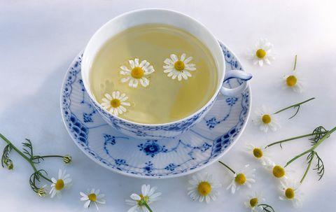 <p>Il latte detergente alla <strong>camomilla</strong>, ottimo per le pelli sensibili, si prepara facendo scaldare mezzo bicchiere di latte insieme ad un cucchiaio di fiori di camomilla. Una volta pronto il composto va fatto riposare in modo che la camomilla rilasci tutte le sue proprietà, e poi si deve filtrare.</p>