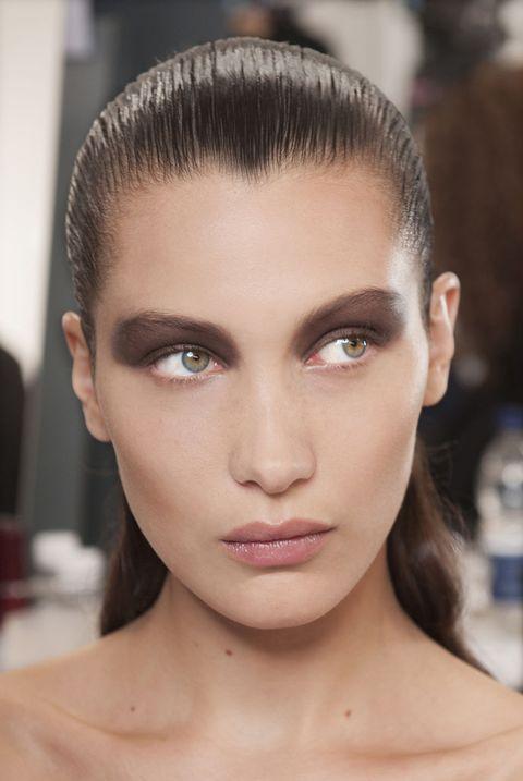"""<p>Nella foto, <a href=""""http://www.gioia.it/bellezza/make-up/news/a789/bella-hadid-nuova-make-up-ambassador-dior/"""">Bella Hadid</a>, nuova make up ambassador Dior, truccata da Philips che spiega: «Per gli occhi, ho usato il tono bronzo profondo della 5 Couleurs Palette Skyline Edition n° 506 <em>Parisian Sky </em>, che ho applicato a color block, in una sola passata su tutta la palpebra, dalla radice delle ciglia alle sopracciglia», spiega Peter Philip. «Ho scelto questo look estremo per creare un contrasto con la bellezza barocca dei decori degli abiti», conclude Philips.</p><p><span></span></p><p>Per delineare le sopracciglia ha utilizzato Diorshow Brow Chalk n°001-n°002-n°003. </p><p><br></p>"""