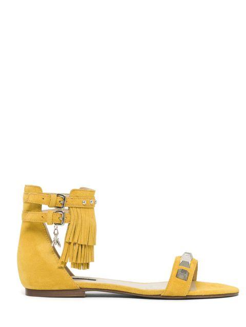 <p>Vitaminico ed energico, il giallo funziona alla grande anche sui sandali. Come quelli di Patrizia Pepe, flat, in camoscio, con cinturino impreziosito da frange e borchie. Stanno bene con tutto, dai jeans al caftano.</p>
