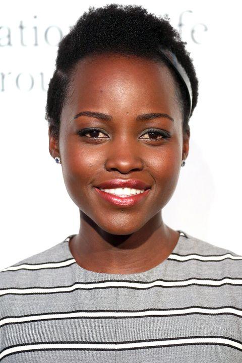 <p>L'attrice  dimostra che si può ancora indossare un fermaglio con un taglio cortissimo. Per rendere il look più originale, rasa i capelli lateralmente.</p>