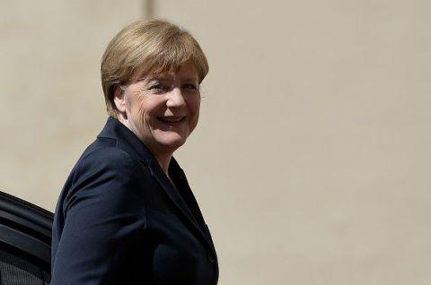 <p>Per la sesta volta consecutiva è Angela Merkel ad essere incoronata «donna più potente dell'anno». Questa la motivazione del prestigioso titolo assegnato alla Cancelliera tedesca da <em>Forbes</em>: «Se c'è un singolo leader in grado di sfidare le difficoltà economiche e politiche dell'Unione Europea è Angela Merkel». Un dominio annunciato, che bissa il titolo di «persona dell'anno» assegnato dal <em>Time</em>.</p>