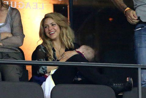 <p>Da 5 anni fidanzata, innamoratissima e assai sbaciucchiante, del difensore della Nazionale spagnola Gerard Piqué, la colombiana Shakira è una che appena sfornato il secondo pargolo Sasha si è fiondata allo stadio a vedere giocare l'amato. Adorabile. </p>