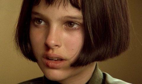 <p>A 13 anni Natalie Portman incantà il mondo con un'interpretazione straordinaria nel film<strong> Léon </strong>a fianco di Jean Réno. Lei era Mathilda: esile come cerbiatto, tutta occhi, caschetto liscio, frangetta corta,e grande maestria nel maneggiare la pistola. Un cult sia il film che il suo look. </p>