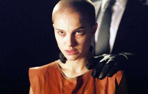<p>Di nuovo: chi, secondo voi, potrebbe mai risultare fantastica con la testa rasata? Natalie Portman e altre 10 in tutto il mondo. Nella pellicola del 2005<strong> V per Vendetta</strong> di James McTeigue abbiamo tutte tremato con lei durante la scena in cui viene brutalmente rasata, per poi mandarla a quel paese tanto era stupenda anche così.</p>