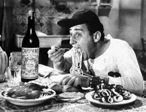 <p>Non potevamo non mettere il nostro Albertone che, provocato dal maccherone, se lo magna. Una scena che è un manifesto dell'italianità, certo, ma che soprattutto rappresenta alla perfezione quei momenti di pura goduria in cui, sole a casa, ci si lascia andare a un tete a tete molto poco bon ton con un piatto strabordante di spaghetti. </p>