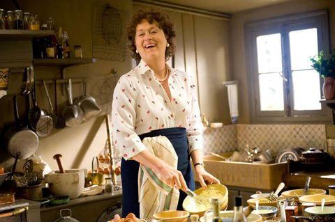 <p>Qui più che una sola scena parliamo di tutto il film e delle sue 524 ricette, cucinate ora da una luminosa Meryl Streep, nei panni della cuoca e scrittrice americana Julia Child (ovvero colei che insegnò alle massaie made in USA come si sta ai fornelli) ora da una Amy Adams perfettamente all'altezza. Più di qualunque trasmissione tv <em>Julie & Julia</em> ha il grande merito da far venire davvero voglia di diventare degli chef. Tranquille, poi passa. </p>
